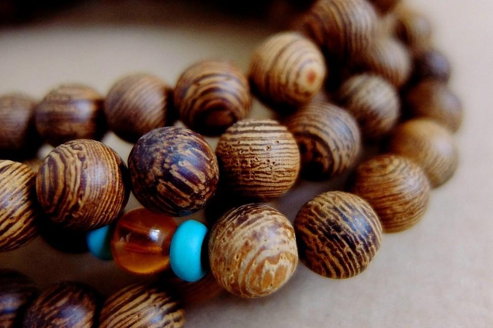 Варианты украшений из деревянных бусин